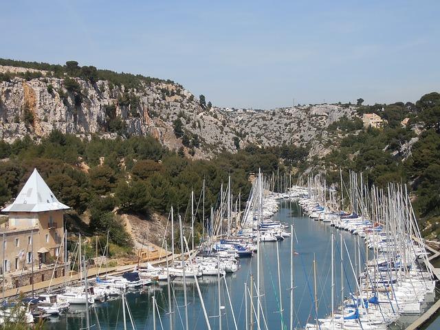 Faire le tour des calanques à bord d'un bateau à Marseille